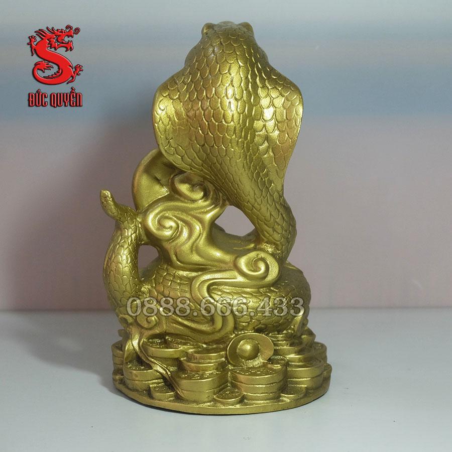 Mặt sau của tượng rắn bằng đồng