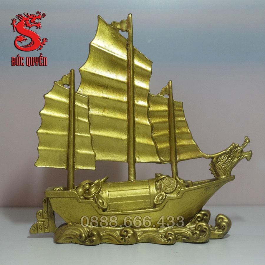 Mặt sau thuyền buồm bằng đồng