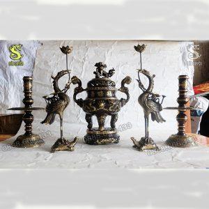 Bộ ngũ sự bao gồm 1 lư hương, 1 đôi nến và đôi hạc thờ