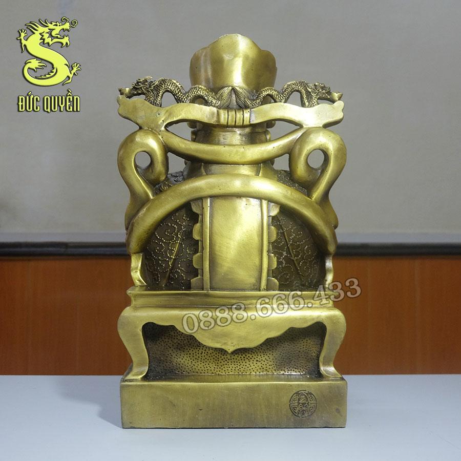 Mặt sau Tượng ông thần tài ôm thỏi vàng