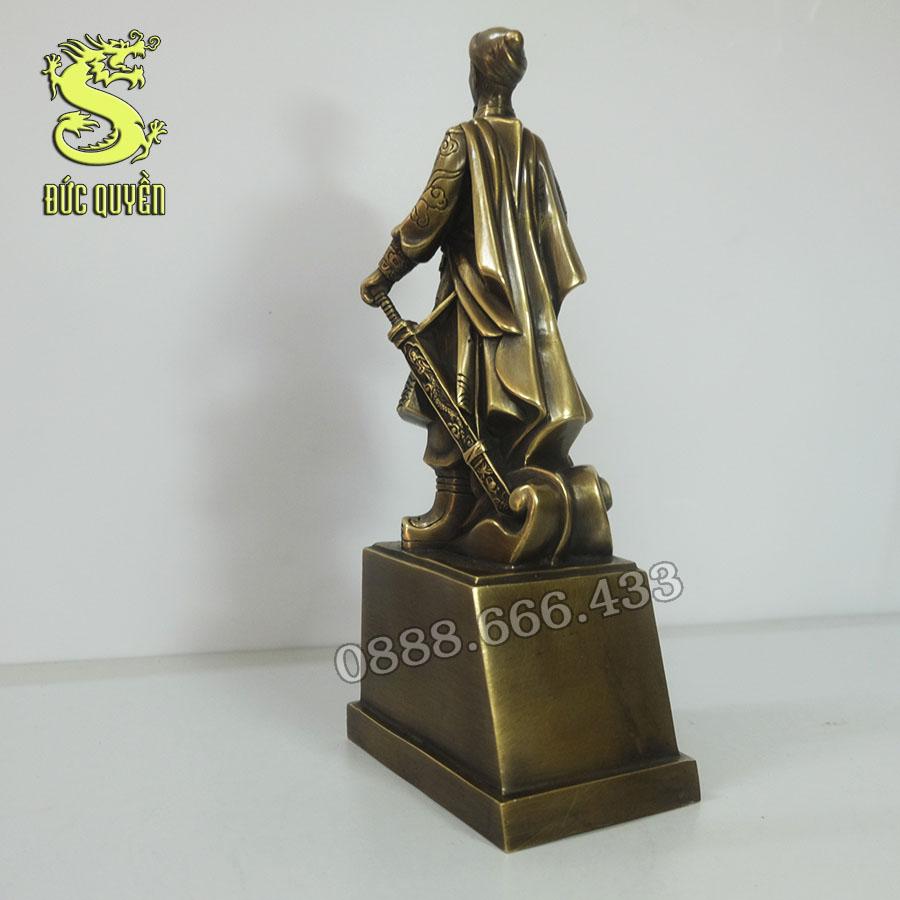Mặt sau tượng Trần Quốc Tuần bằng đồng