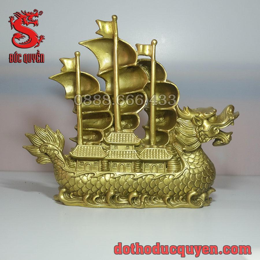 Mặt sau thuyền rồng bằng đồng
