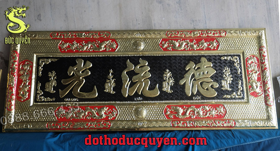 Trên bức hoành có 3 chữ Đức Lưu Quang ( Đức Độ Sáng Mãi )