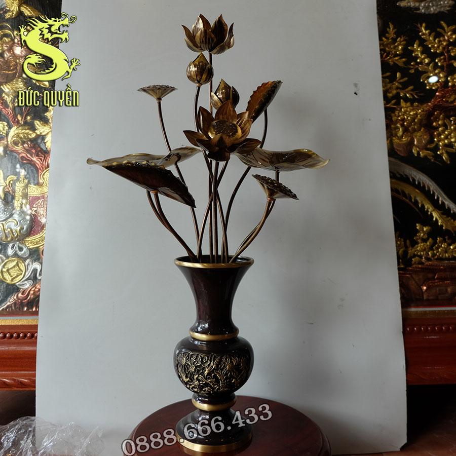 Bình hoa và 10 bông hoa sen bằng đồng